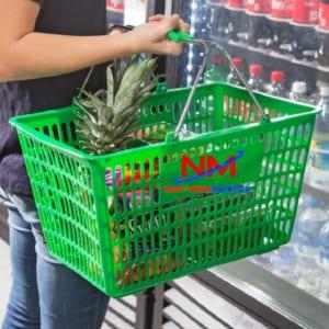 Rổ nhựa có quai sắt giúp xách đồ trong siêu thị rất nhẹ nhàng