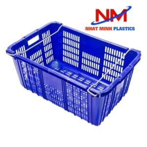 Rổ nhựa có quai sắt màu xanh dùng chứa linh kiện