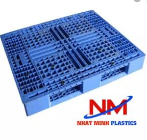 Pallet nhựa 1500 x 1500 x 150 mm dùng để bảo quản và di chuyển hàng hóa bằng xe nâng