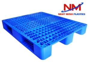 Pallet nhựa 3 chân màu xanh được làm từ nhựa hạt nguyên sinh