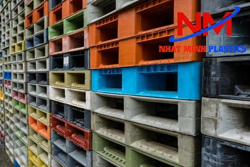 Mua pallet nhựa lót sàn cũ đủ các loại màu sắc