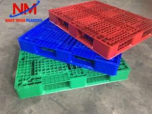 Pallet nhựa 2 mặt cũ có xuất xứ từ nước ngoài với độ mới 90%