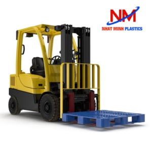 Pallet  nhựa hỗ trợ vận chuyển hàng hóa cùng xe nâng