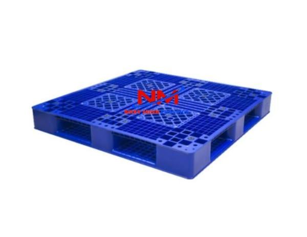 Pallet nhựa 2 mặt 1200 x 1200 x 150 mm mặt 1 với 16 nút chống trơn trượt