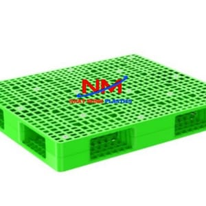 Giá Pallet nhựa 2 mặt 1200 x 1000 x 150 cao hơn rất nhiều so với pallet gỗ bù lại thì độ bền theo thời gian của pallet nhựa lại hơn rất nhiều