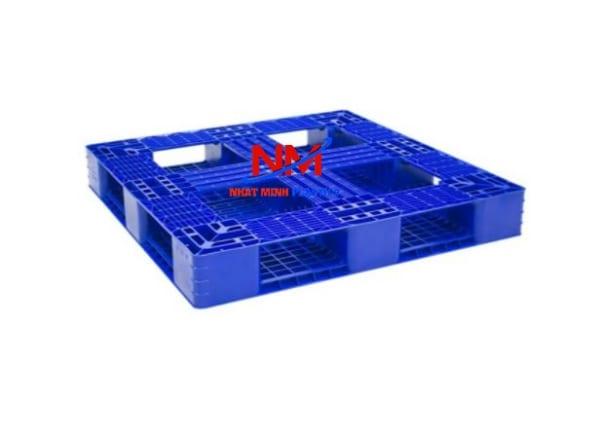 Pallet nhựa 1 mặt 1100 x 1100 x 150 cm với 4 nút chống trơn trượt