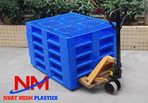 Pallet nhựa liền khối 2 mặt 1200 x 1000 x 145 mm kết hợp với xe nâng