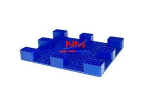 Pallet nhựa lót sàn 1200 x 1000 x 140 mm mặt sau với 9 chân trụ vững chắc có thể kê hàng hóa với trọng tải lên đến 3000 kg