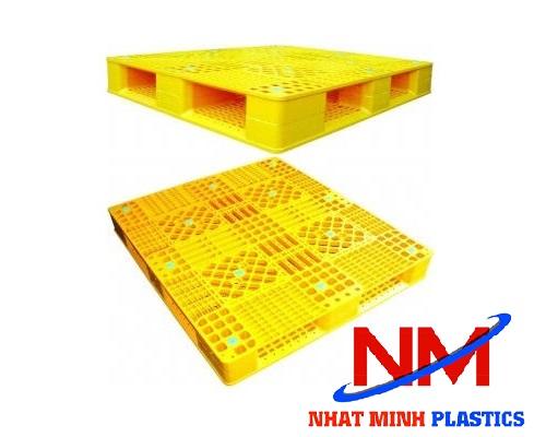 Pallet nhựa 2 mặt vuông với chiều cao 15cm giúp kê hàng cao ráo thoáng khí và an toàn