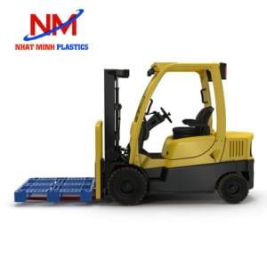 Pallet nhựa 1 mặt 1200 x 1000 x 145 cm kết hợp với xe nâng