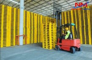 Pallet nhựa là sản phẩm kết hợp với xe nâng rất tuyệt vời