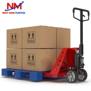 Pallet nhựa kết hợp cùng xe nâng nâng đỡ hàng hóa di chuyển từ kho ra container