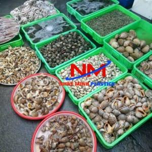 Rổ nhựa công nghiệp loại nhỏ chứa đựng và trung bày các loại thủy sản bán ngoài chợ