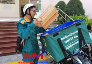 Sóng nhựa hở chở hàng của một đơn vị vận chuyển giao hàng nhanh